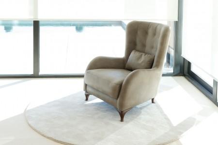Aston est un fauteuil de complément appartenant à la famille Astoria. Son style intemporel et le design du capiton dans le dossier sont partagé dans des proportions différentes. La hauteur du dossier augmente considérablement et la hauteur des accoudoirs est plus basse, obtenant de cette façon, un design sobre et majestueux. Rien à envier des fauteuils classiques de toute la vie. Le coussin lombaire et le haut dossier lui apportent une grande commodité.